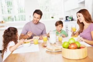 Fantascienza moderna: la famiglia del Mulino Bianco a colazione. Sorridente e pettinata.